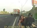 Vögeln auf der Autobahn, legt den Verkehr meist lahm. Unglaublich