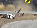 Vorderrad eingeklappt: Snake Crash in die Leitplanke, Fahrer unverletzt fährt weiter