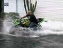 Platzregen: Driften und Wheelie bei Hochwasser. Wäsche inclusive