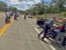 Wheelie Crash direkt auf das Polizeiauto. Äußerst ungünstig, und dann wirds rauh