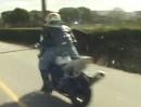 Wheelie Crash: Warum setzt der sich auf den Tank? Schwerpunkt verlagern?
