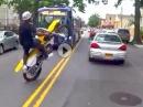 Wheelie im dichten Verkehr: Gekonnt aber bescheuert und brandgefährlich