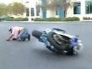 Wheelie ist ok, aaaber die Hinterradbremse sachte betätigen, sonst gehts aufs Brett