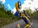 Wir lernen: Vorderradbremse nutzlos in der Luft - Wheelie Crash