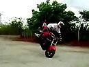 Ziemlich cooler Stunt mit Honda CBR 1000 RR Fireblade - kurz und knackig