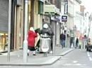 Zivilcourage: Oma vertreibt mit Handtasche rollerfahrende Einbrecher !